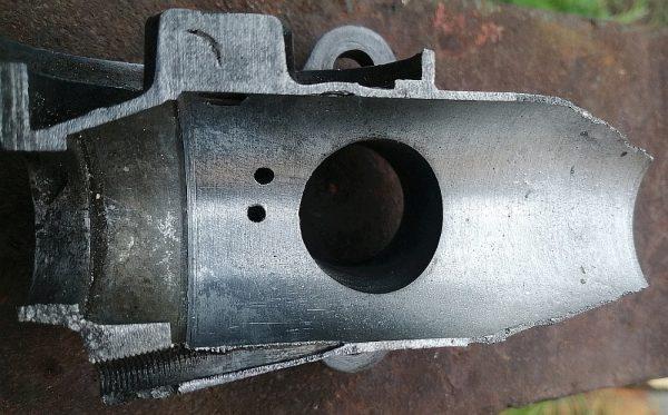 Fot.4   Przekrój korpusu gaźnika po wytoczeniu (prawa strona podgrzana palnikiem gazowym uległa deformacji, nie jest to moje dzieło ale zachowałem dla przykładu)