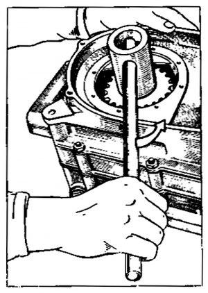 Rys S-17 Odkręcanie nakrętki koła łańcuchowego