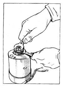 Rys S-81 Odkręcanie nakrętki mocującej koło zębate prądnicy